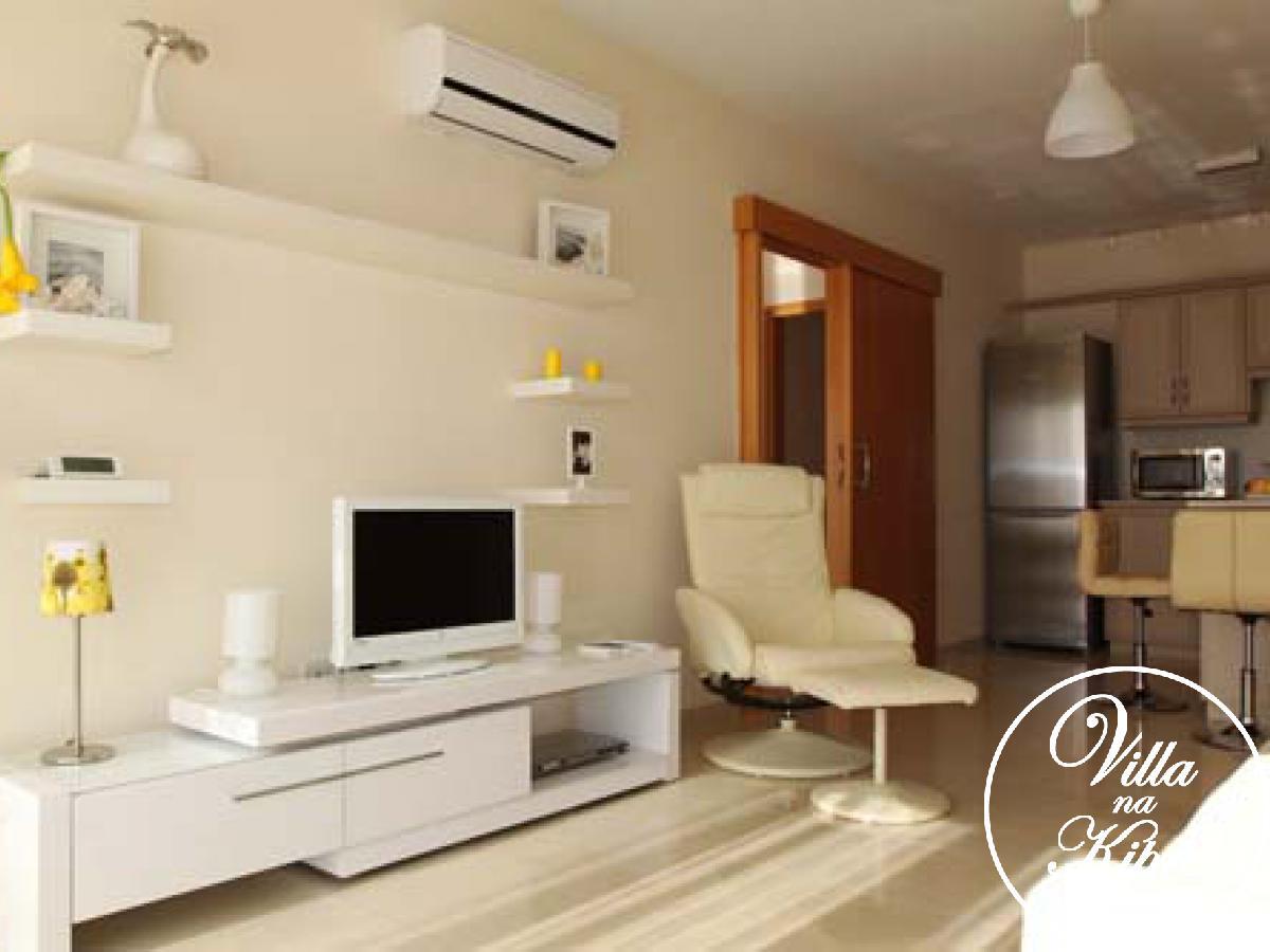 Роскошный двуспальный апартамент находится на верхнем этаже нового комплекса и предлагает восхитительный вид на море и окрестности. Со вкусом декорирован и оснащен самой современной бытовой техникой для  беззаботного отдыха. Открытого плана гостиная имеет светлый кожаный диван и кресло, ЖК телевизор и ДВД проигрыватель. Кухня полностью оснащена: плита с духовкой, холодильник, микроволновая печь, стиральная машина, вся посуда и др. Раздвижные двери из гостиной ведут на просторный балкон с видом на море. Отличное место для того, чтобы пообедать на свежем воздухе. Обе спальни имеют двуспальные кровати с прикроватными тумбочками, вместительные шкафы для одежды и кондиционеры. Одна из спален имеет собственный небольшой балкон с видом на окрестности, другая имеет выход на общий балкон.   В ванной комнате ванна с душем и туалетом.  Постельное белье и банные полотенца имеются в наличии, необходимо привезти с собой лишь пляжные полотенца.  Имеется парковочное место. К услугам гостей комплекса большой бассейн с шезлонгами и зонтиками на террасе.