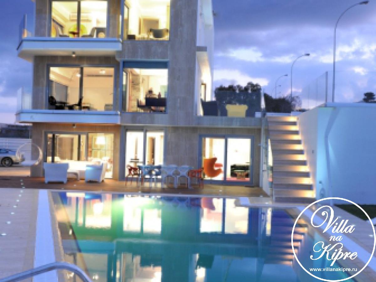 Эксклюзивная вилла площадью 300 кв. м расположена между Айя Напой и Протарасом, в районе пляжа Мимоза. Вилла имеет 4 спальни + дополнительная комната с раскладным диваном может быть использована как спальня к вилле примыкает апартамент с гостиной и одной спальней, т.е. на вилле могут с комфортом разместиться до 12 гостей.Вилла состоит из 3х уровней:- три спальни расположены на верхнем уровне, одна из них имеет встроенную ванную комнату + главная ванная комната на этом этаже. В главной спальне двуспальная кровыать, есть небольшой телевизор с плоским экраном. Эта спальня имеет собственный балкон с видом на море и бассейн. Во второй спальне также двуспальная кровать, прикроватные столики и кресло. Третья спальня имеет раздельные кровати, небольшой столик и три стула – эта комната создана специально для детей. В каждой спальне имеются кондиционеры и встроенные шкафы для одежды. Для зимнего периода предусмотрен подогрев полов.- на среднем уровне гостиная открытого плана, кухня и обеденная зона на 12 человек.Основная гостиная открытого плана имеет комфортную мягкую мебель, широкоформатный ТВ со спутниковыми каналами и DVD проигрыватель. Просторная кухня имеет самое современное оборудование, здесь Вы найдете все, что может понадобиться, включая большой холодильник, посудомоечную машину, многофункциональную духовку, посуду и все необходимые кухонные принадлежности. На этом уровне также располагается гостевой туалет. При  входе на этот уровень на террасе есть зона отдыха с диваном и яркими креслами, здесь Вы сможете наслаждаться прохладой утром или на закате солнца.На уровне бассейна располагается одна спальня с двуспальной кроватью, ванная комната + дополнительная комната с двуспальной софой-кроватью, которая может использоваться как офис или дополнительная спальня. Вторая гостиная зона и обеденный стол на 10 человек. На этом же уровне расположен апартамент с видом на бассейн. Апартамент имеет отдельный вход и две комнаты –спальню и гостиную с софой-кроватью, поэтому он пре