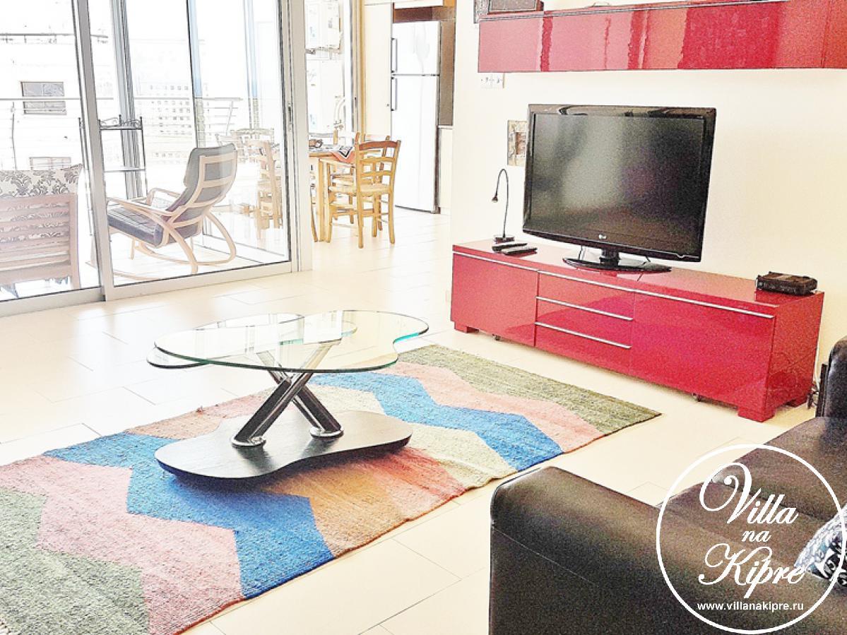 В гостиной для Вас мягкая мебель, телевизор и беспроводной интернет.  Раздвижные двери с гостиной ведут на веранду оборудованной мягкой мебелью и кофейным столиком. Отсюда открывается великолепный вид на море.На кухне есть всё необходимое, включая плиту, холодильник, чайник, тостер, стиральная машина, вся посуда.  Обеденая зона имеет стол и 4 стулав. В одной из спален есть двуспальная кровать, в другой две односпальные. Имеются прикроватные тумбочки и просторные шкафы для одежды. Все комнаты имеют кондиционеры. Детская кроватка и стульчик могут быть предоставлены за дополнительную плату. Ванная комната с ванной, душем и туалетом. Полотенца и постельное белье предоставляются.