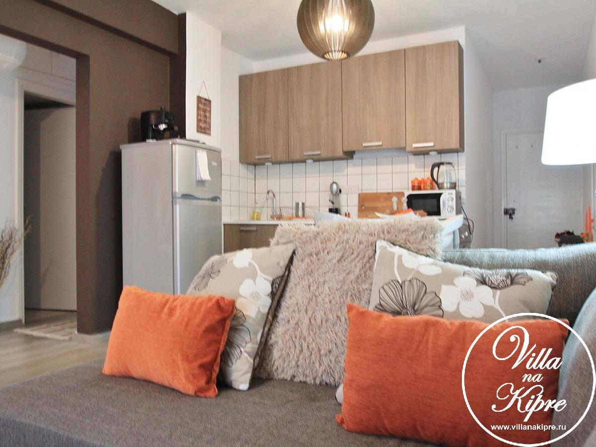 Просторный апартамент после ремонта оборудован комфортного отдыха. При входе в квартиру Вы попадаете в гостиную с  мягкоймебелью , ТВ, интернет. Открытого плана кухня оборудована холодильником, чайником, тостером, стиральной машиной, керамической варочной поверхностью, духовкой, есть гладильная доска и утюг. Кухонная посуда и столовые приборы также в наличии. Первая спальня имеет две односпальные кровати. Вторая спальня имет двуспальную кровать. Третья спальня имеет двуспальную кровать и ванную комнату. Также имеется основная ванная с ванной душем и туалетом.  В каждой комнате есть прикрованые тумбочки, вместительные шкафы и кондиционеры Постельное белье и банные полотенца предоставляются.