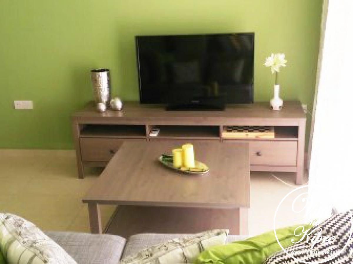 Апартамент , оригинально декорирован и  обставлен удобной и стильной мебелью. В гостиной для Вас LCD телевизор со спутниковыми каналами и  DVD проигрывателем, комфортная мягкая мебель – раскладной диван . Есть Интернет-соединение. Широкие двери гостиной выходят на веранду с мягкой садовой мебелью.Кухня   отделена от гостиной обеденной зоной  со столом и стульями на 6 персон. Кухня  полностью оборудована и имеет электрическую варочную поверхность, духовку, микроволновую печь, чайник, тостер,   большой холодильник, стиральную  машину и все необходимые кухонные принадлежности. Спальня имеет двуспальную кровать. В ванной комнате есть ванна, душ и туалет. Постельное белье и банные полотенца предоставляются.