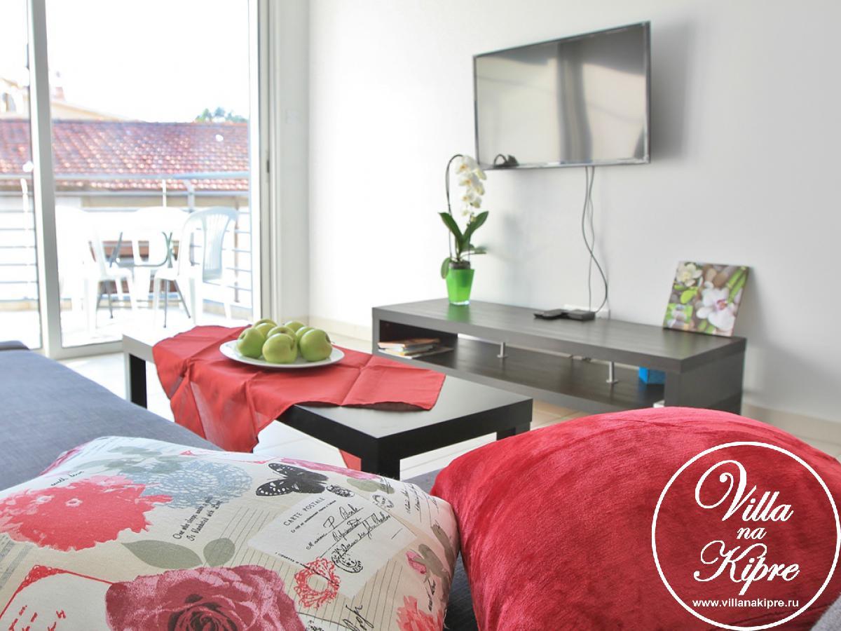 Апартамент состоит из гостиной, кухни, ванной комнаты и одной спальни. В гостиной имеется диван который может служить дополнительным спальным местом для 2х персон.ЖК телевизор,  спутниковое телевидение и Интернет. С гостиной имеется выход на балкон. На балконе есть кофейный столик на 4 персоны. К гостиной премыкает обеденная зона и кухня. Кухня имеет все необходимое современое оборудование, включая плиту, холодильник с морозильной камерой, чайник, тостер, стиральную машину, микроволновую печь, а также всю необходимую посуду и кухонные принадлежности.  В спальне есть две односпальные кровати (которые могут быть трансформированы в 2 спальную кровать) , прикроватные тумбочки и встроенные шкафы. Ванная комната имеет душ и туалет. Постельное белье и банные полотенца предоставляются.Оборудованный пляж с шезлонгами и зонтрами также в 5-10 минутах медленным шагом. Одна из главных достопримечательностей Ларнаки – церковь Святого Лазаря всего в 3х минутах пешком.